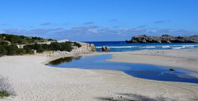 Playa Arenal de S'Olla de Son Saura en Es Mercadal