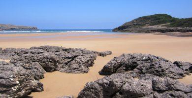 Playa El Cándano en Arnuero