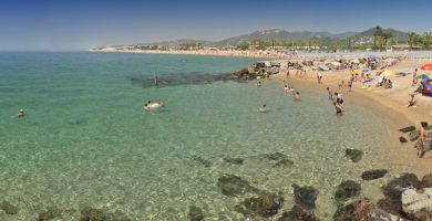 """Playa Platja de les """"Caletes"""" en Santa Susanna"""